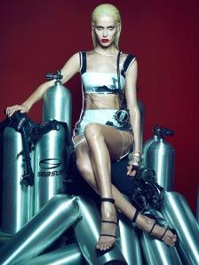 Amanda Wellsh by Henrique Gendre for Vogue Brazil January 2015 (1)